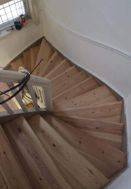gulvlakering på trappe